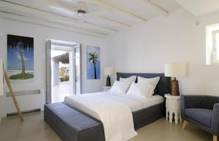 Elegância, simplicidade e bem-estar absoluto dão o tom desta casa a poucos passos do mar na Grécia. A  morada em uma ilha grega se abre à natureza por todos os lados, valorizando arquitetura tradicional do país