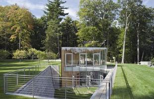 Esta construção nos EUA oferece horas de lazer em pavilhão aberto à natureza. A estrutura abriga piscina, spa, sauna, campos de jogos ao ar livre, varandas, teatro e ginásio em Nova York