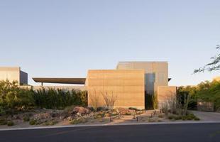 Esta casa leva beleza e aconchego a uma paisagem árida de deserto situado nos EUA.O imóvel de mais de 1,1 mil m² ressalta visões estendidas para a natureza ao redor