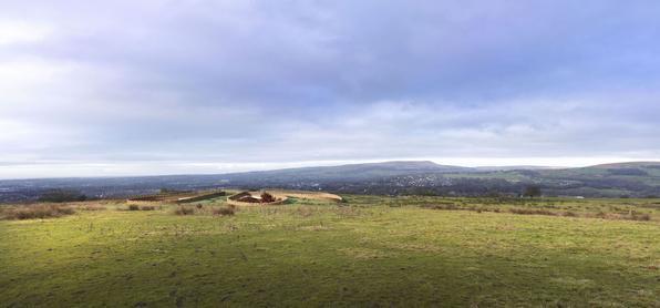 Sustentáveis, casas subterrâneas preservam a paisagem. Na foto, a morada do ex-jogador de futebol Gary Neville, na Inglaterra. Com 1 mil metros quadrados, ela está totalmente enterrada em um morro