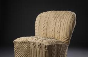 Expert em produzir para a indústria da moda, Regina Misk volta-se para um trabalho 100% autoral: seleciona, restaura e renova móveis vintage com peças de tricô manual