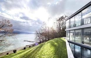 Esta imponente mansão à beira do Lago de Genebra, na Suíça, está à venda por mais de R$ 178 milhões. Com vista para as águas, a casa tem grandes janelas e salas, piscina, cinema e spa, e está sendo considerada por muitos como o lar mais tranquilo do mundo