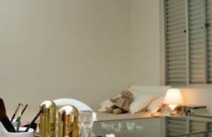 Penteadeiras ganham força na decoração com novos desenhos e acabamentos que encantam o público feminino. Peça criada no século 15 é ideal para quem não tem pressa de se arrumar. Na foto, projeto de Renata Ferreira