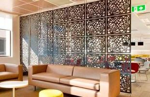 Divisão de ambientes não precisa necessariamente ser feita com paredes. Uso de portas de correr, biombos e telas decorativas são algumas das opções disponíveis no mercado para compor divisórias, que estão cada vez mais modernas, inusitadas e criativas