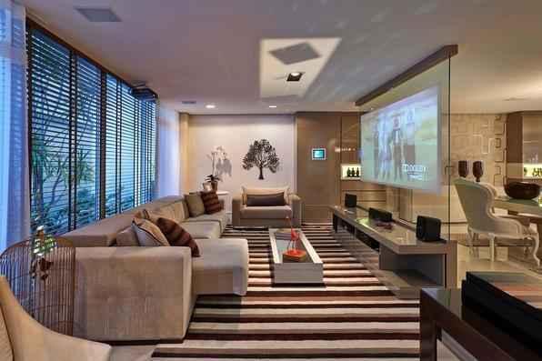Com apartamentos compactos, tendência do mercado é apostar em soluções criativas para otimizar qualquer ambiente da casa. Mas modelos retráteis, dobráveis, de empilhar ou de encaixe também ajudam a compor com eficiência locais maiores. Para aproveitar o espaço neste projeto de Luciana Adami, na Decora Lider, o home recebeu um confortável e versátil sofá retrátil e a adega teve uma estante projetada