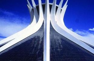 Consagrado pela concepção de obras monumentais que incluem palácios, catedrais, museus e parques, Oscar Niemeyer deixou um legado importante