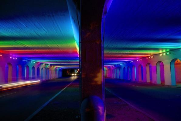 Com objetivo de impactar na percepção das pessoas pelo espaço urbano, o artista Bill FitzGibbons levou cor e luz para uma passagem subterrânea no Alabama, EUA, no projeto 'Light Rails'