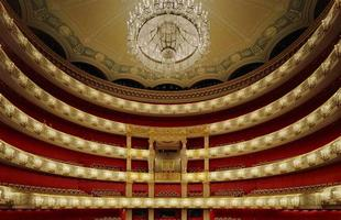 No trabalho 'Opera', o fotógrafo David Leventi registrou a opulência arquitetônica de óperas vazias. As imagens mostram a riqueza estrutural e estética de grandes teatros espalhados pelo mundo