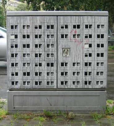 Os artistas do grupo alemão EVOL criaram prédios em miniatura para fazer pensar sobre a realidade urbana. As obras foram concebidas usando a metalinguagem, chamando atenção para os problemas das grandes cidades
