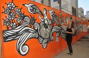 Lançado em julho pela Fundação Municipal de Cultura de BH, o projeto 'Tapume com arte' incentiva as construtoras a dar novo uso para as tábuas de madeira usadas nas áreas das construções. O primeiro empreendimento a participar da iniciativa na cidade ganhou obra do artista plástico Rogério Fernandes