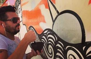 Lançado em julho pela Fundação Municipal de Cultura de BH, o projeto 'Tapume com arte' incentiva as construtoras a dar novo uso para as tábuas de madeira usadas nas áreas das construções. O primeiro empreendimento a participar da iniciativa na cidade ganhou obra do artista plástico Rogério Fernandes, que aparece na foto durante o processo de produção