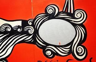 Lançado em julho pela Fundação Municipal de Cultura de BH, o projeto 'Tapume com arte' incentiva as construtoras a dar novo uso para as tábuas de madeira usadas nas áreas das construções. O primeiro empreendimento a participar da iniciativa na cidade ganhou obra do artista plástico Rogério Fernandes. Na foto, o processo de produção