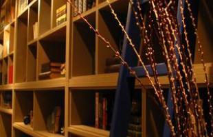 A mostra anual de decoração e design da Lider Interiores chega à 12ª edição, na capital mineira, com a temática hi-lo, que valoriza o equilíbrio entre opostos. Chique e econômico se unem em ambientes cheios de estilo e personalidade. Na foto, Sala de Leitura, projeto de Flávia Freitas