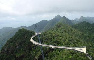 Algumas pontes, além de unir um lugar ao outro, são incríveis obras de arte que atraem turistas de todo o mundo. Ao atravessá-las, os pedestres adquirem uma experiência única. Na foto, Langkawi Sky Bridge, na Malásia