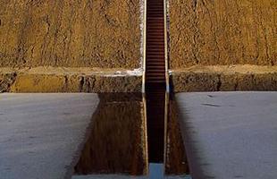 Algumas pontes, além de unir um lugar ao outro, são incríveis obras de arte que atraem turistas de todo o mundo. Ao atravessá-las, os pedestres adquirem uma experiência única. Na foto, Moses Bridge, na Holanda