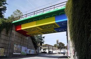 Algumas pontes, além de unir um lugar ao outro, são incríveis obras de arte que atraem turistas de todo o mundo. Ao atravessá-las, os pedestres adquirem uma experiência única. Na foto, Lego-Brücke, na Alemanha