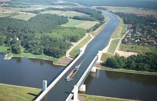 Algumas pontes, além de unir um lugar ao outro, são incríveis obras de arte que atraem turistas de todo o mundo. Ao atravessá-las, os pedestres adquirem uma experiência única. Na foto, ponte aquífera de Magdeburgo, Alemanha