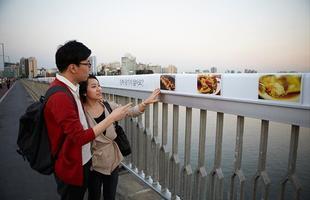 Algumas pontes, além de unir um lugar ao outro, são incríveis obras de arte que atraem turistas de todo o mundo. Ao atravessá-las, os pedestres adquirem uma experiência única. Na foto, ponte Mapo, na Coréia do Sul