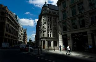 Este prédio projetado em formato côncavo é acusado de derreter carros. Em Londres, os proprietários dos veículos reclamam da engenharia do edifício que projeta raios solares, refletidos pelos vidros espelhados, danificando os automóveis estacionados na região