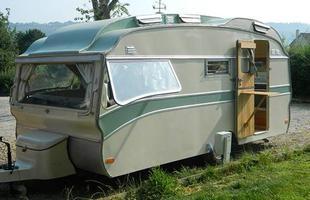 O casal Bill e Becky Goddard, do País de Gales, decidiu dar uma vida nova e diferente a trailers velhos e acabados. Eles os transformaram em confortáveis apartamentos em perfeita harmonia com a natureza