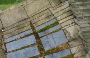 O teórico de arquitetura, paisagista e designer americano Charles Jencks ganhou uma grande legião de fãs graças a uma obra inovadora, chamada de 'O Jardim da Especulação Cósmica', em português, que fica na Escócia. Com 25 jardins diferentes, o complexo representa a história da formação do universo