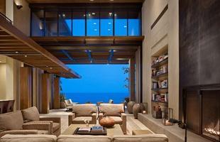 Esta casa no México cumprimenta a natureza em uma reverência ao mar e à areia. A morada de férias se expande por 743 m² valorizando espaços ao ar livre que contrapõem passado, presente e futuro
