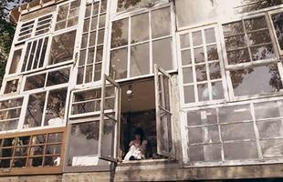 O casal  Lilah Horwitz e Nick Olson largou o emprego formal para construir e viver em uma casa de janelas nas montanhas dos EUA. Eles saíram da cidade, voltaram ao lugar do primeiro encontro, e construíram uma morada totalmente envidraçada que saúda a floresta