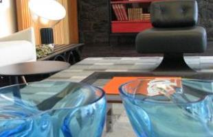 A Casa Cor Minas Gerais chega à 19ª edição em 2013 com uma homenagem a Oscar Niemeyer. A mostra ocupa uma casa projetada pelo arquiteto e datada de 1954, voltando à Pampulha. Com 35 ambientes onde predomina o tom modernista, este ano o evento está menos monumental para ganhar um clima mais intimista, em propostas que primam pela criatividade e o aconchego