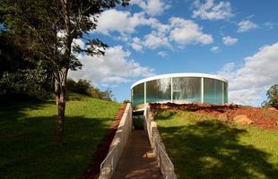 A arquitetura brasileira marca presença em exposição no museu de Frankfurt. Trabalhos de jovens profissionais brasileiros podem ser vistos na cidade alemã até 2014. Na foto, Sonic Pavilion, de Doug Aitken, no Inhotim