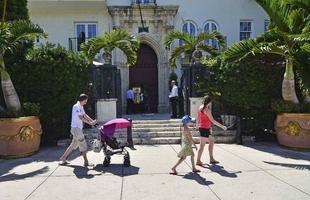 A mansão em Miami Beach que foi do estilista italiano Gianni Versace foi leiloada no dia 17 de setembro por mais de R$ 90 milhões. O imóvel da década de 1930, com três andares em estilo mediterrâneo, tem dez dormitórios, onze banheiros e uma piscina com incrustações de ouro 24 quilates