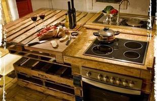 Os designers espanhóis Alessandra Samson e Paco Serinelli correram as ruas de Barcelona em busca de uma série de objetos para criar uma cozinha de decoração rústica. Assim surgiu este projeto - uma cozinha ecológica, completa, feita com paletes de madeira