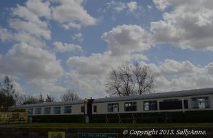 Esta hospedaria instalada em vagões de trem é a grande atração de uma vila na Inglaterra. O casal Mark e Carol Benson comprou a antiga estação ferroviária de Allerston, datada do final do século 19, e transformou as carruagens em alojamentos de luxo