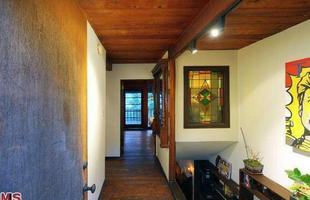 Esta casa, que foi de John Lennon e Yoko Ono, está à venda na Califórnia por mais de R$ 2 milhões. A morada do consagrado Beatle e sua esposa valoriza um generoso deck suspenso, em espaços abertos adornados por altas árvores e as colinas de Hollywood