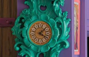 Policarbonato, vinil, acrílico e laqueado invadiram a decoração. Na forma de adornos ou de revestimento, eles combinam com ambientes clássicos e contemporâneos