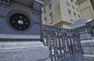 Enorme variedade de grades integra a paisagem urbana de BH. Ornamentos que marcaram época hoje estão jogados no ferro-velho. Foto mostra um dos exemplos na capital