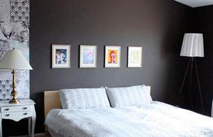 Versátil e funcional, o cinza é cor curinga e se torna bom aliado da decoração. A tonalidade inova nos ambientes e agrada quem privilegia um estilo moderno e urbano. Pode ser usada em paredes, móveis, tecidos ou adornos
