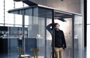 Arquitetos consagrados em todo mundo criaram pontos de ônibus diferentes na Áustria. O projeto em uma pequena vila austríaca mostra como esses abrigos também podem ser uma forma de expressão. Imagem mostra momento da exposição das obras