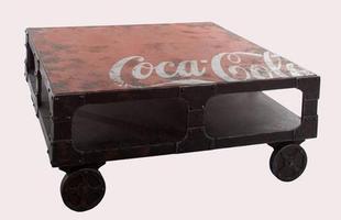 Marca mundial de refrigerantes lança linha de móveis com proposta vintage. Linha disponibiliza diversas peças criativas, que tem o estilo retrô como principal referência para a criação do mobiliário