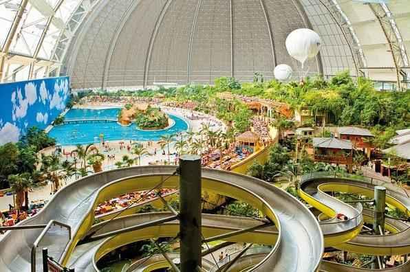 Este complexo turístico na Alemanha abriga a maior praia artificial fechada do mundo. O resort se compõe como um verdadeiro paraíso tropical longe do oceano
