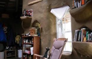 O norte-americano Brian Liloia e um grupo de amigos construíram esta casa ecológica ao custo de R$ 7 mil nos EUA. A construção a base de terra foi erguida de maneira totalmente artesanal