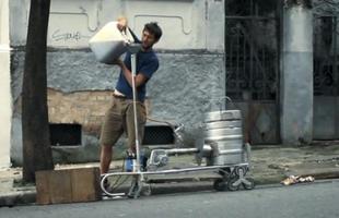 O escritório de design londrino Studio Swine mostra um projeto incomum nas ruas de São Paulo. Profissionais percorrem a cidade, recolhem latas usadas e as transformam em móveis feitos em fundição que funciona no meio da rua