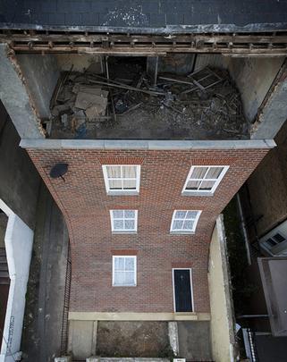 Prédio que derrete chama a atenção de curiosos na Inglaterra. A construção que parece escorrer pelo chão é fruto da mente criativa do artista e designer Alex Chinneck