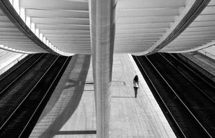 Fotografias contrapõem a solidão humana à beleza geométrica da cidade. O trabalho do artista alemão Kai Ziehl mostra cenários urbanos, onde o homem está sozinho, sob novas perspectivas