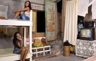 A série de retratos dos fotógrafos italianos Gabriele Galimberti e Edoardo Dilelle reflete sobre a vida de mulheres em várias partes do mundo com base em seu espaço mais íntimo, o quarto. Na foto, Gessiane e Jessica, 20 anos, Brasil