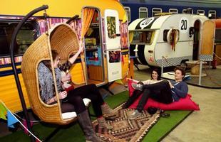 Este hostel na Alemanha é composto por trailers e trens vintage, convidando a noites especiais. Os visitantes podem desfrutar a companhia dos amigos no clima nostálgico da recém inaugurada hospedaria que lembra um acampamento