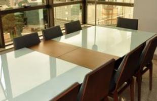 Combinar mesas e cadeiras não obedece a padrões definidos. Dá para usar, por exemplo, um assento de cada modelo que você gostar ou mesclar materiais