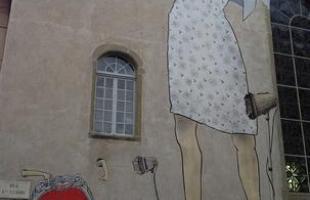 Em trabalhos anteriores, eles percorreram outras regiões da Europa com uma proposta parecida, pintando molduras em muros espalhados por várias cidades