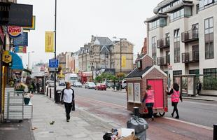 Espaços públicos transportáveis transformam cotidiano de bairro na periferia de Londres. Parques que surgem de edifícios em miniatura carregados em bicicletas fazem parte de projeto de revitalização de subúrbios da cidade