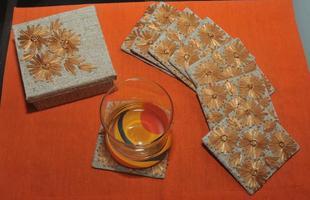 Além da inspiração na obra de Alceu Penna, os irmãos Ivan e Laís também produzem utilitários em outras técnicas, apostando em bordados e aplicações diversas para criar formas variadas