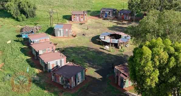 Hotel de luxo ergue réplica de favela para que visitantes 'experimentem a pobreza'. Este resort da África do Sul conta com uma ala com barracos para que hóspedes mais extravagantes saibam como é viver em uma casa simples